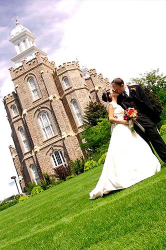 foto portada novio besando a la novia
