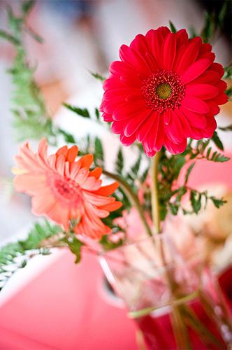 foto portada flores decorando mesa en boda