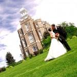 foto boda con iglesia de fondo
