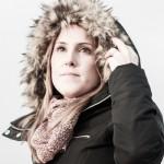 foto chica con capucha