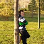 foto preboda novio apoyado en el árbol