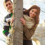 foto preboda asomándose por el tronco