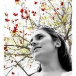 foto chica con árbol de fondo