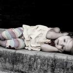 Foto niña durmiendo en las escaleras
