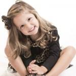 foto niña sentada en el suelo - Sonrisa