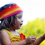 Foto niña mirando flor