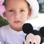 foto niño con muñeco mickey mouse