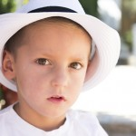 foto niño con gorro blanco