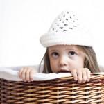 foto de niña metida en canasto