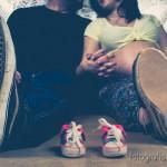 padres sentados mirando zapatitos